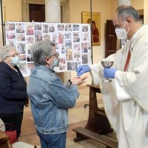 """""""No all'ostia con i guanti monouso, è sacrilegio"""", parroco si dimette nel Palermitano"""