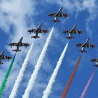 Palermo, l'abbraccio tricolore della pattuglia acrobatica dell'aeronautica