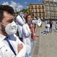 """Palermo, i giovani medici  e i neolaureati in piazza: """"Fateci andare in corsia"""""""