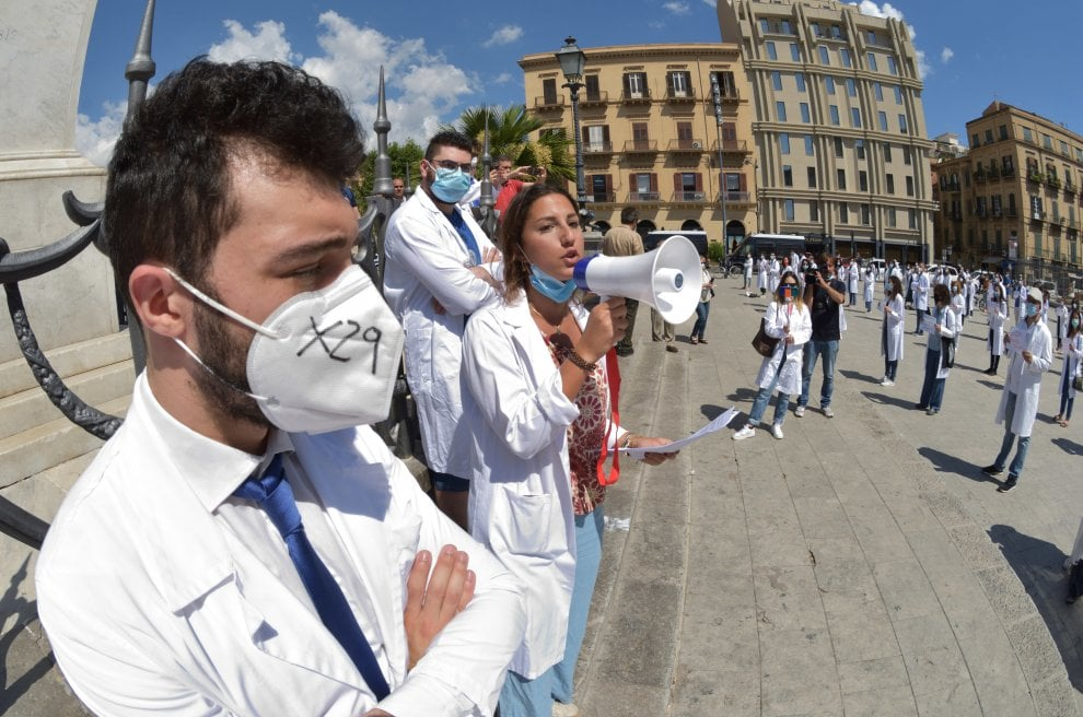 Palermo, i giovani medici  e i neolaureati in piazza: 'Fateci andare in corsia'