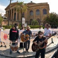 """Palermo, la protesta dei lavoratori dello spettacolo: """"Fateci lavorare"""""""