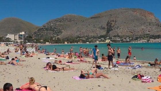 Palermo, abbonamenti per la spiaggia di Mondello senza cabine: prime file a 1.570 euro