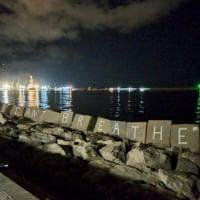 I can't breathe, la scritta spunta nella notte di fronte al mare di Palermo