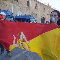 """""""Musumeci traditore"""": centinaia in piazza contro la Lega in giunta"""