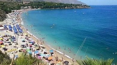 """Rep   :    In Sicilia allarme spiagge libere  I sindaci: """"Chiudiamo"""""""