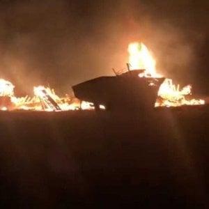 """Lampedusa, incendio doloso nel """"cimitero"""" delle barche dei migranti"""