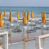 Mondello, falsa partenza: il mare inghiotte la spiaggia
