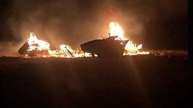 """Lampedusa, incendio nel """"cimitero""""  delle barche dei migranti   Video"""