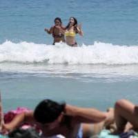 Mondello, parte la stagione. Lidi vuoti, spiaggia libera affollata