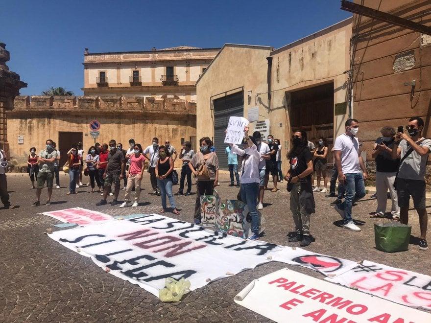 """Salvini a Bagheria, la contestazione delle Sardine: """"Isola non si Lega"""""""