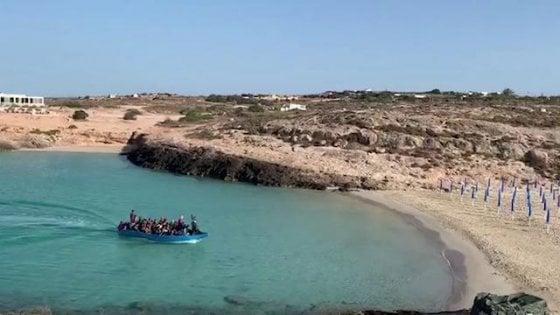 Lampedusa, 49 migranti sbarcano fra gli ombrelloni di Cala Croce