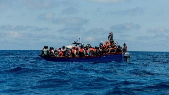 Agrigento, intercettata vicino alla costa una barca con 70 migranti: preso lo scafista