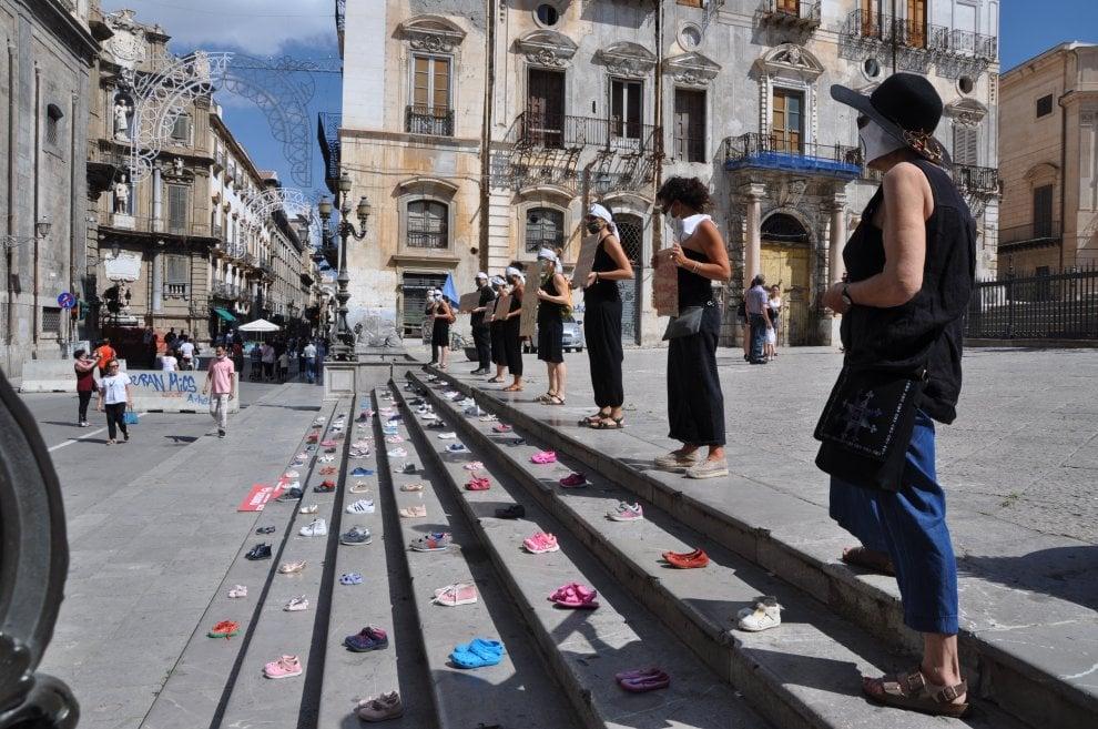 Piazza Pretoria, un tappeto di scarpe da bambino per un pianeta più verde