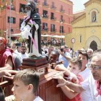Agrigento, bagno di folla per la processione di San Calogero. Contro ogni divieto di assembramento