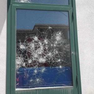 Palermo, lancio di pietre contro le finestre di due scuole del Cep