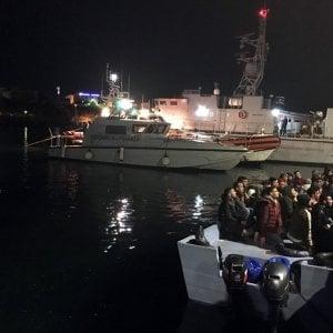 """Lampedusa, ripartono 350 migranti. Il sindaco """"Situazione gestibile ma resta lo stato di calamità"""""""