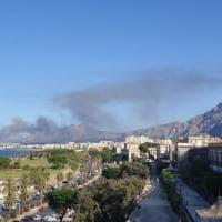 Palermo,  capannone in fiamme: colonna di fumo alta in cielo