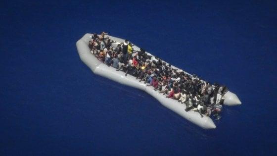 """Sos da Alarm Phone per 120 migranti alla deriva: """"Salvateli, il gommone si sta sgonfiando"""""""