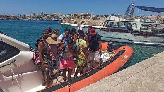 Lampedusa, lo strano sbarco di 11 tunisini con bagagli e barboncino al seguito