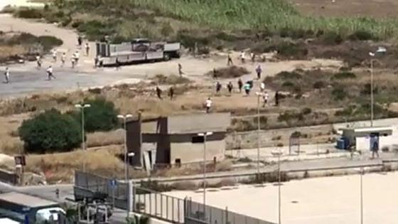 Migranti, nuova fuga di massa in Sicilia: a centinaia scappano dalla struttura di Porto Empedocle