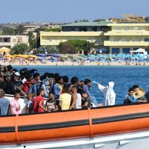 """Lampedusa, 950 persone nell'hotspot. Il sindaco: """"Chi arriva resterà sul molo"""""""