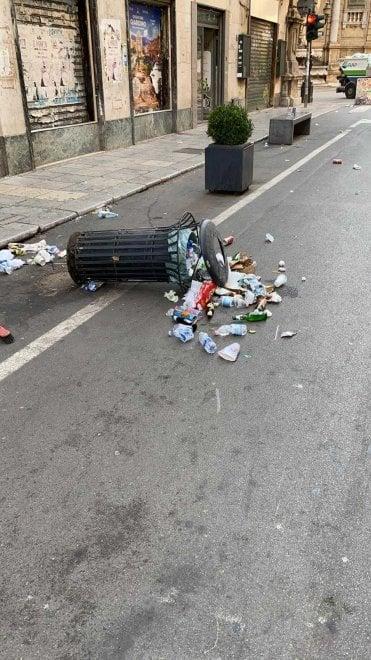 Palermo, vandali nella zona pedonale: divelti i cestini dei rifiuti