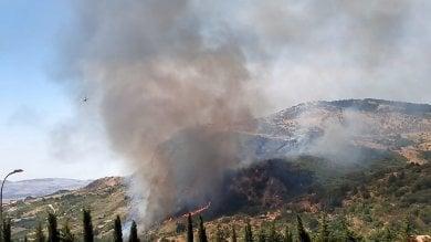 Casa in fiamme a Isnello forestale salva quattro bambini
