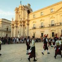 Siracusa, folklore in piazza per il film su Dolce e Gabbana