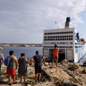 Migranti, la nave quarantena resta al largo di Lampedusa