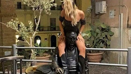 """Agrigento, a cavalcioni sulla statua di Camilleri. Il sindaco: """"Quella donna chieda scusa"""""""