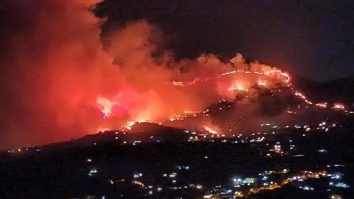 """Palermo, fiamme ad Altofonte. Evacuati in 400. La sindaca: """"Restate a casa"""""""