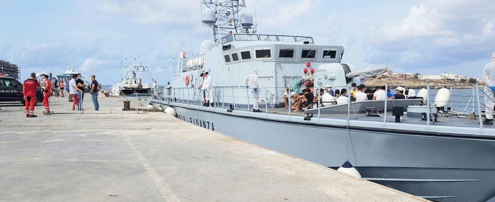 Lampedusa, gli 804 migranti trasferiti alla nave quarantena con un peschereccio
