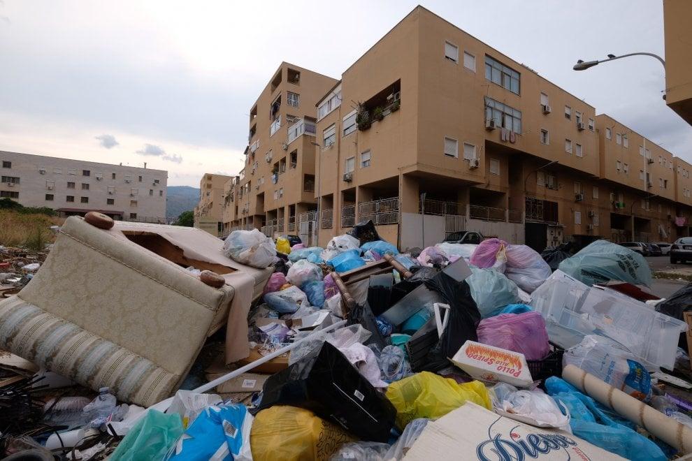 Palermo, contagi e assenteismo: 2mila tonnellate di rifiuti in strada. Le foto della vergogna