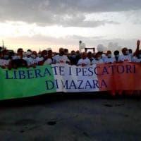 Mazara, fiaccolata per i pescatori, ma dalla Libia ribadiscono: