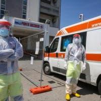 Il contagio accelera, gli ospedali scoppiano: nuovi divieti in arrivo
