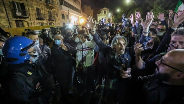 Palermo, ristoratori in corteo contro il coprifuoco: si infiltrano Forza Nuova e No Mask