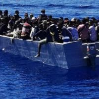 Lampedusa, 14 sbarchi in dodici ore: all'hotspot 1.200 migranti. Scoperti 12 positivi,...