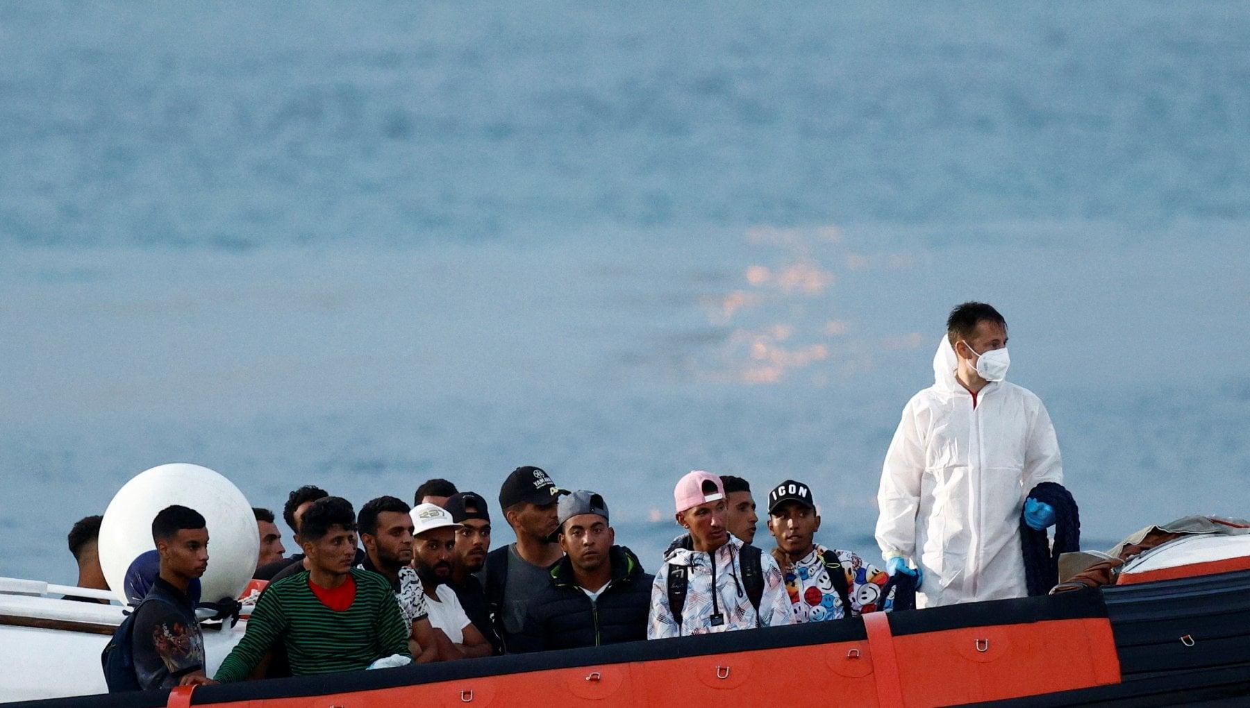 101520505 9bf25d3a aefb 4b1b 860c 4397b0777b75 - Lampedusa, 233 migranti sbarcano sull'isola