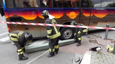 Voragine in strada, bus bloccato  - foto