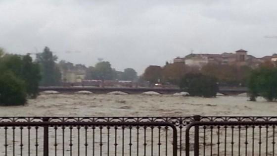 """Parma, allarme alluvione: allagata parte della città. Pizzarotti: """"Non uscite""""."""