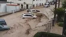Via Taro devastata    Nell'acqua in auto