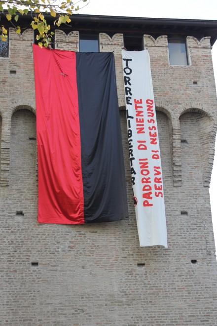 Anarchici e Usi occupano il torrione di via Farnese