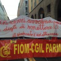 Visita di Renzi a Parma, carica della polizia sui manifestanti