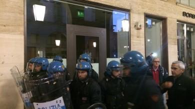 Visita di Renzi, momenti di tensione carica della polizia /   Il video dello scontro     Foto: piazza blindata, proteste sindacati