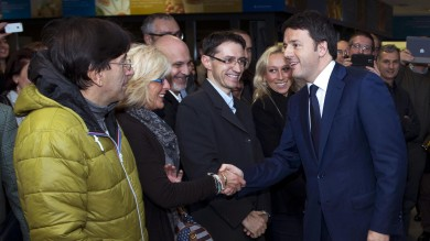 """Renzi a Parma, visitate imprese e municipio   Arrivo   /   alla Pizzarotti   /   Comune   /   Barilla      Video: il discorso agli amministratori     """"Partita di calcio sindaci contro governo"""""""