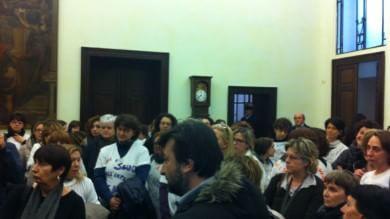 Protesta in Consiglio comunale -  video  Paci contestata dalle maestre    - video     Assessore: gesto fuori luogo     Genitori: quindi nessun asilo è al sicuro?
