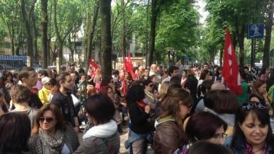 Scuola, centinaia in piazza -    Foto   /   Video         Presidio davanti alla sede Pd   -   Video
