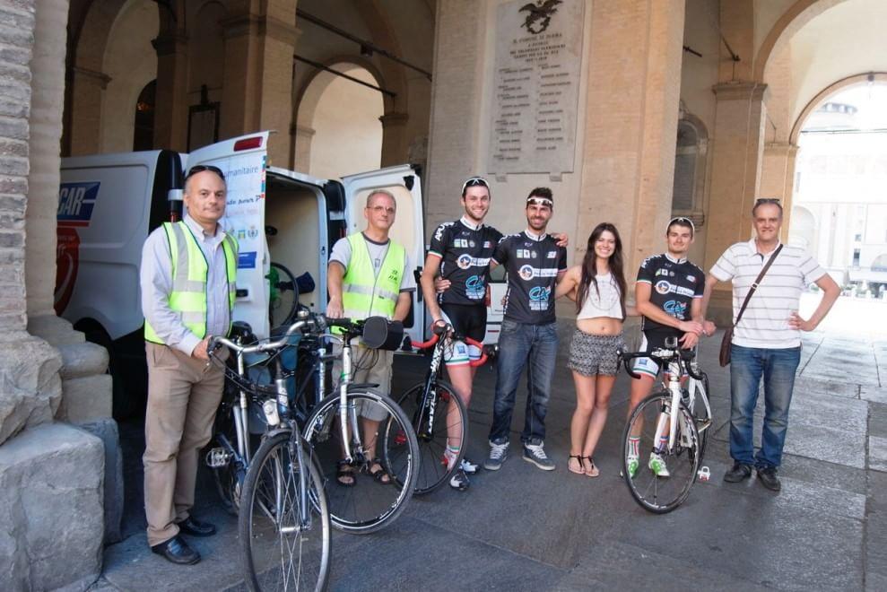 Francesi in bici per far del bene