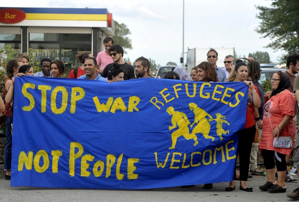 Baganzola, altri 16 rifugiati: tensione all'arrivo del bus