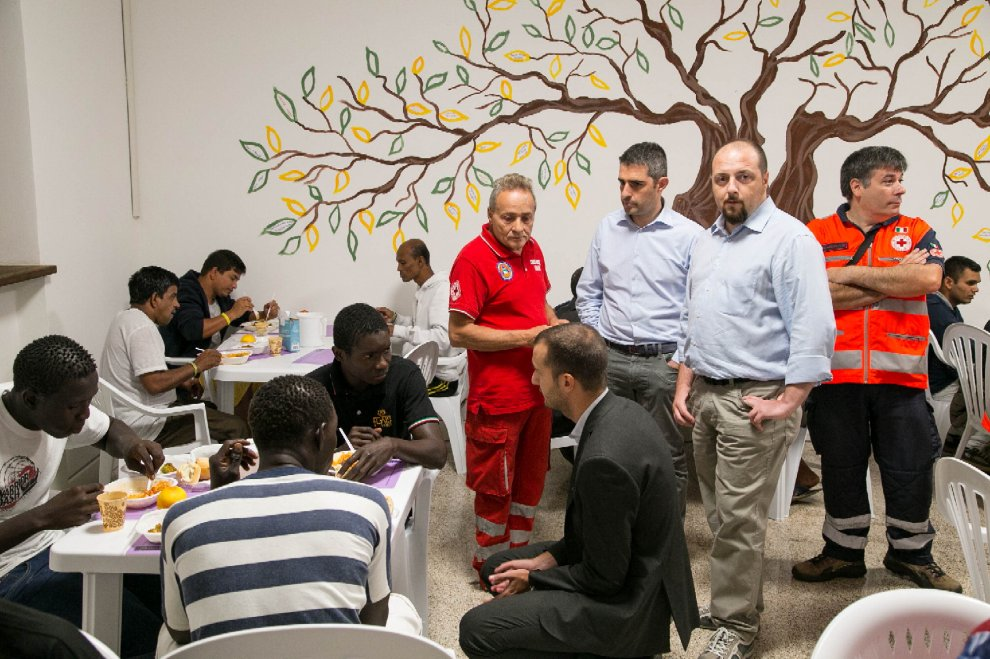 Il sindaco cena con i profughi nell'ex scuola di Castelnuovo di Baganzola
